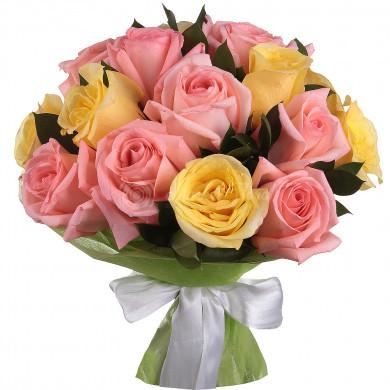 Букет из 15 розовых и желтых роз в фетре