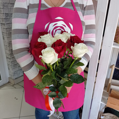 Микс из 11 красных и белых роз